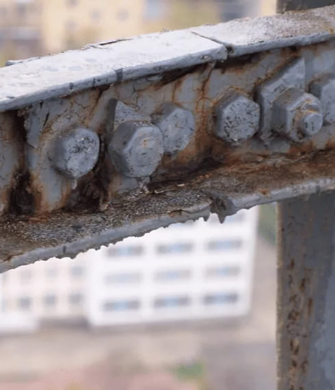 Щелевая коррозия металла в ангаре